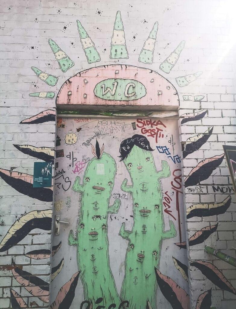 RAW Berlin - graffiti na wejściu do toalety