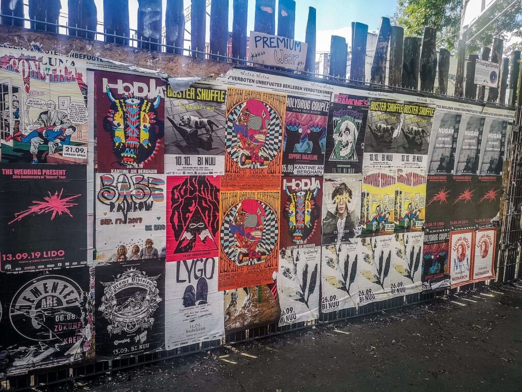 RAW Berlin - widok plakatów na płocie
