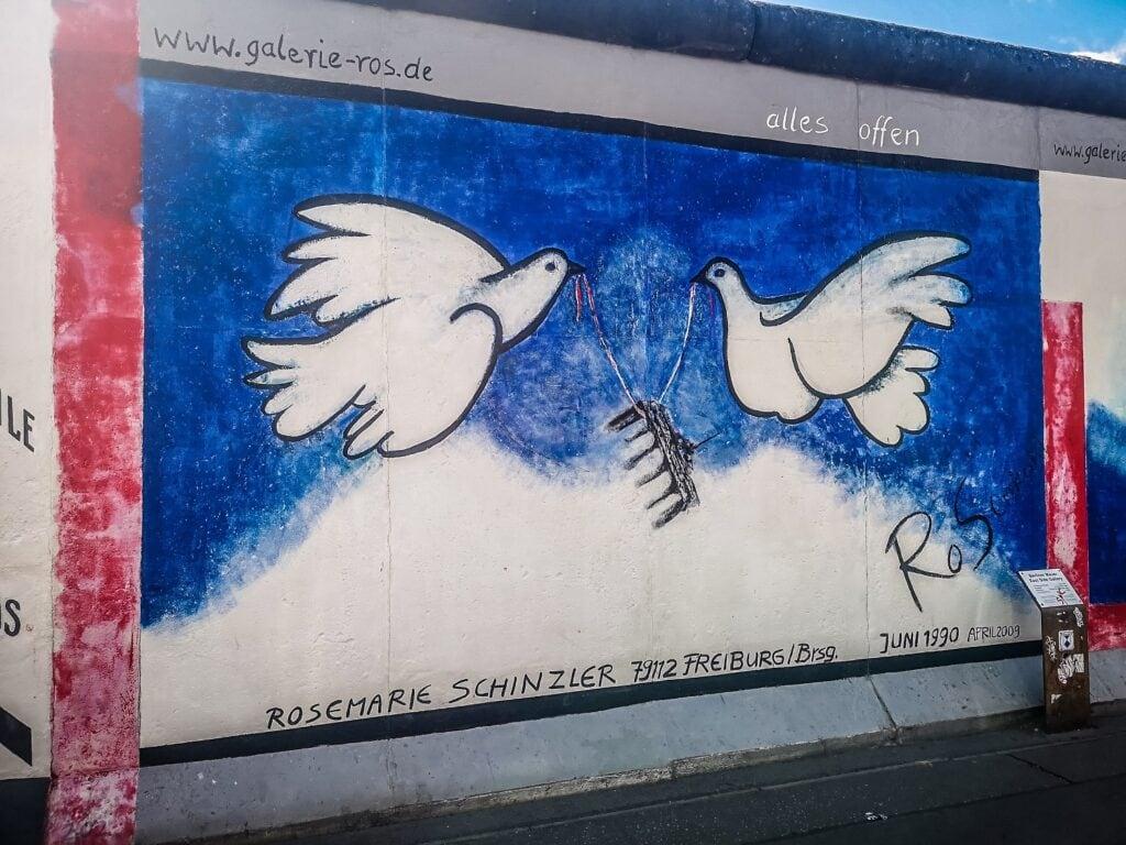 East Side Gallery - mural z gołębiami