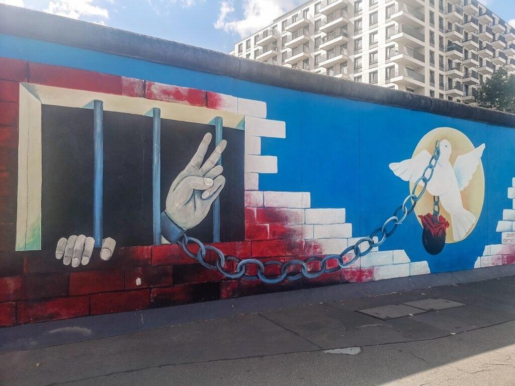 East Side Gallery - mural z gołębiem i więźniem