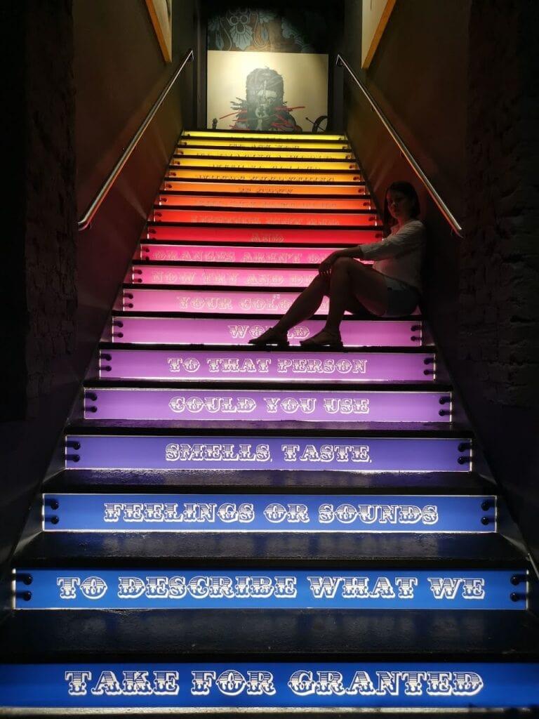 Urban Nation - kolorowe schody z napisami