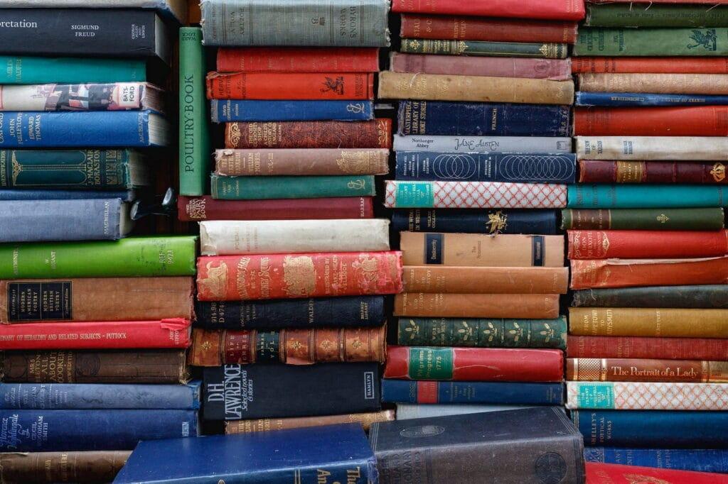 Sterta książek nie czyni mądrzejszym. Jak zapamiętywać to, co czytamy?