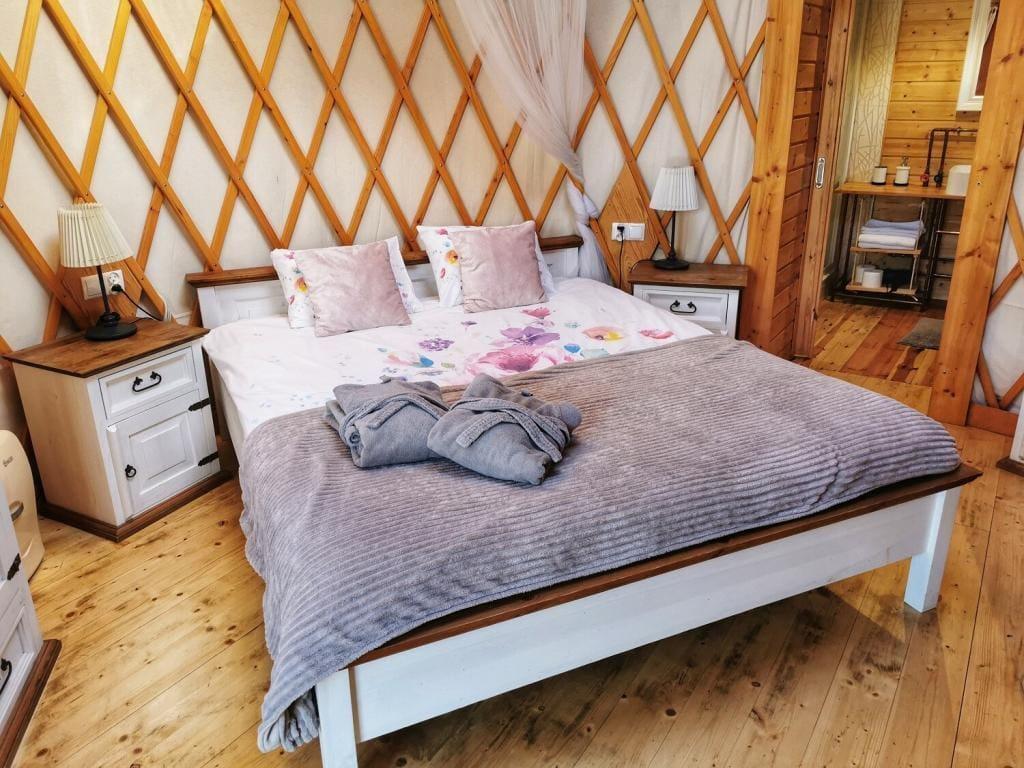 4rest camp jurta wewnątrz łóżko glamping