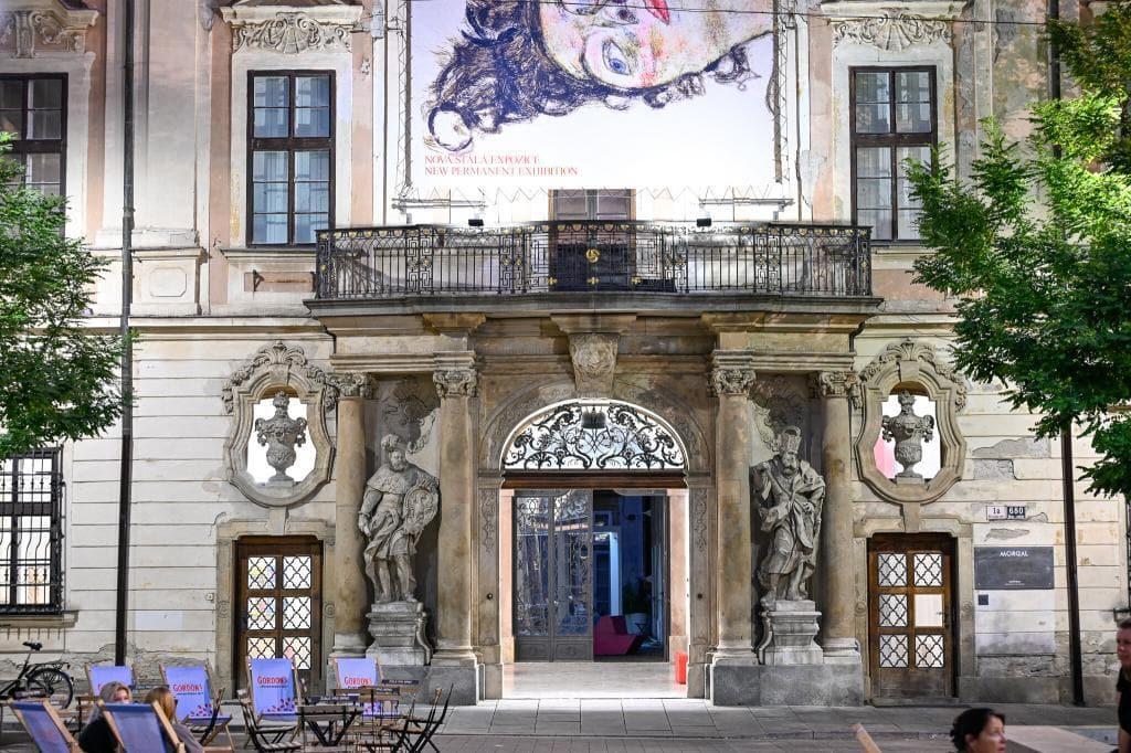 Brno zabytkowa kamienica z posągami